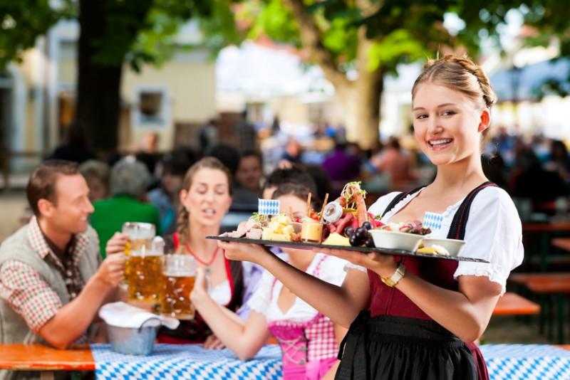 Bayerische Spezialitäten in einem Biergarten
